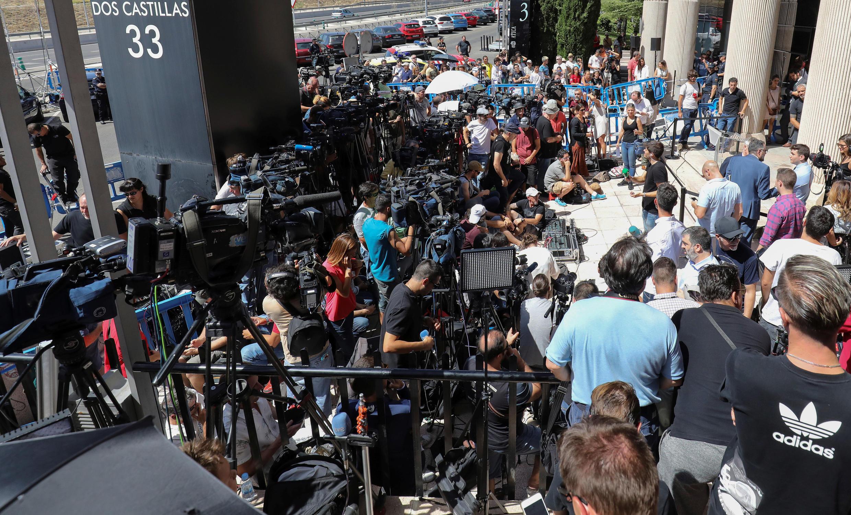 Представители СМИ ожидают выхода Криштиану Роналду из здания суда в испанском городе Посуэло-де-Аларкон, 31 июля 2017 г.