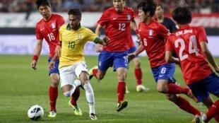 Neymar teve dificuldade para tocar na bola com a forte marcação dos sul-coreanos.