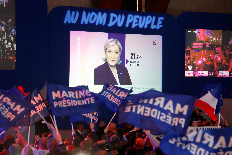 В штабе Марин Ле Пен в Энен-Бомоне сторонники главы французских крайне правых радуются ее выходу во второй тур, 23 апреля 2017 года