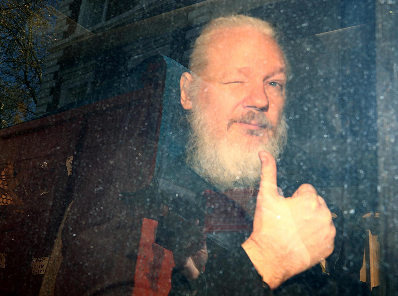 ស្ថាបនិកវីគីលីក Julian Assange ពេលទៅដល់តុលាការ Westminster Magistrates Court ថ្ងៃទី១១មេសា ២០១៩