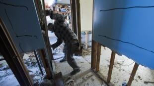 Morador em uma casa destruída pelo furacão Sandy, em Nova Jersey. Milhares de novaiorquinos terão que ir para abrigos.