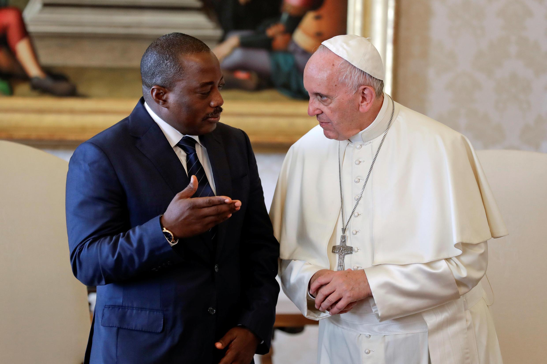 Rais wa DRC Joseph Kabila akiwa na Papa Francis wakati wa ziara ya Kabila mjini Vatican