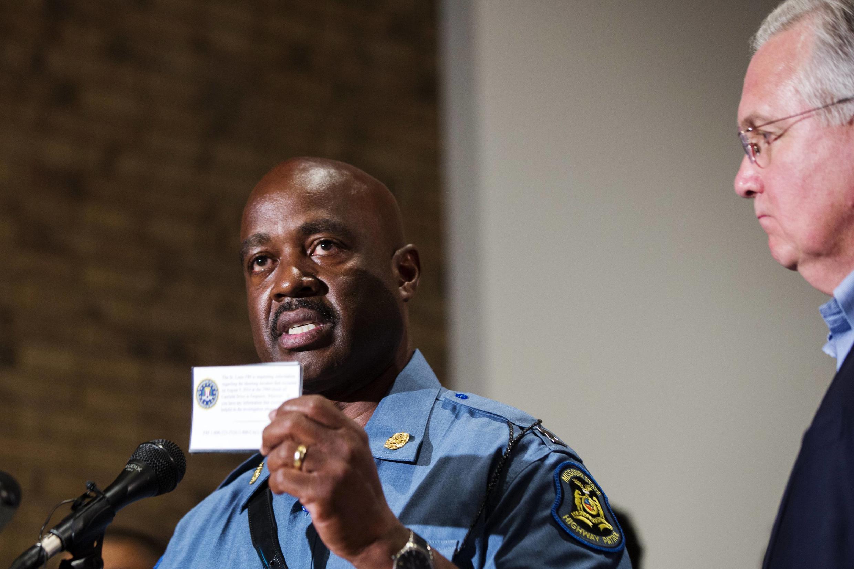 Le chef de la police de la route, Michael Brown, aux côtés du gouverneur Jay Nixon lors de la conférence de presse annonçant le couvre-feu à Ferguson, le 16 août 2014.