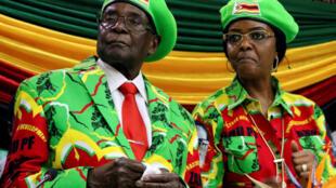 Robert Mugabe na mkewe Grace Mugabe Oktoba 2017.