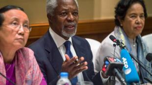 Cựu tổng thư ký Liên Hiệp Quốc Kofi Annan (G), lãnh đạo một ủy ban về vấn đề người Rohingya, tại Răngun, ngày 06/12/2016.