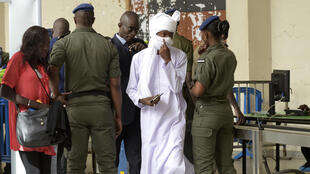 Arrivée du public au procès Hissène Habré à Dakar. Reconnu coupable de viol, crimes de guerre, tortures et crimes contre l'humanité lors de ses années au  pouvoir, l'ex-maître du Tchad a été condamné le 30 mai 2016 à la réclusion à perpétuité.