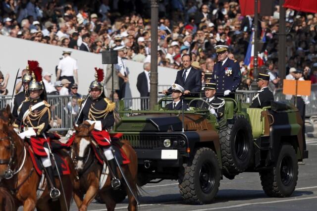 Tổng thống Pháp François Hollande duyệt các đơn vị tham gia diễu binh nhân dịp Quốc khánh 14/07/2013