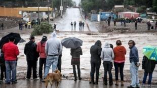 Moradores observam rua inundada em Copiapo.