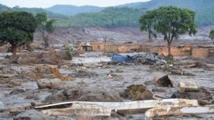 08/11/2015- Mariana, MG- Brasil-   Após o rompimento de duas barragens na última quinta-feira (5), moradores voltam ao vilarejo para para auxiliar bombeiros e homens da Defesa Civil nas busca.