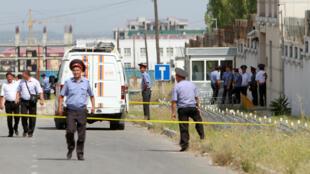 Các điều tra viên, nhân viên an ninh tại hiện trường vụ tấn công bên ngoài đại sứ quán Trung Quốc ở Bishkek, Kyrgyzstan ngày 30/06/2016.