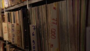 La discothèque de Radio France va se séparer de nombreux vinyles.