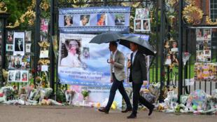 Les princes William et Harry devant les portes de Kensington Palace, où sont déposés fleurs et photos en hommage à Lady Diana.