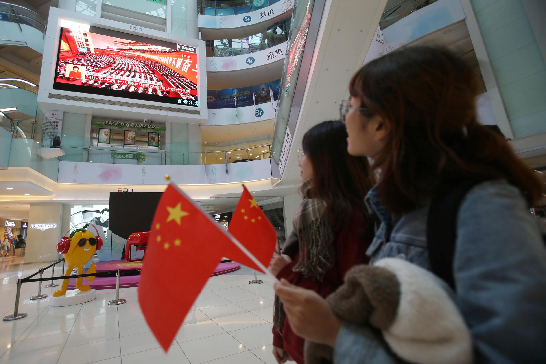 Người dân xem Đại hội ĐCSTQ lần thứ 19 qua truyền hình. Ảnh tại Bắc Kinh ngày 18/10/2017.
