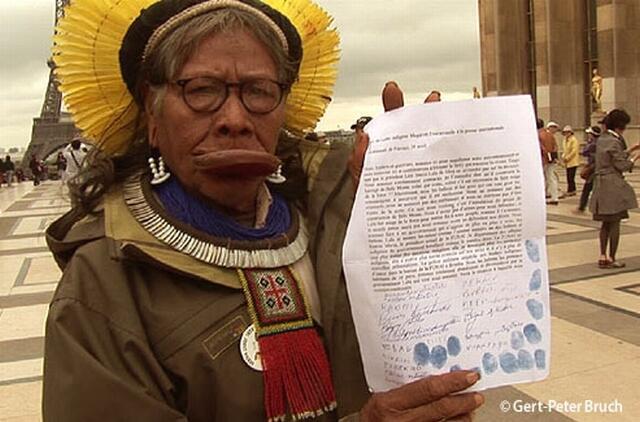 O cacique Raoni veio a Paris, no primeiro semestre de 2011, divulgar o abaixo-assinado contra Belo Monte.
