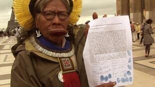O cacique Raoni mostra o abaixo-assinado contra a construção de Belo Monte.