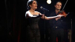 Darya Dadvar and violinist Dimitri Artemenko perform at the Maison des Femmes benefit concert at Théatre Dejazet
