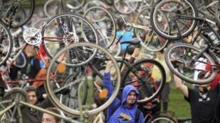 Domingo passado, na Hungria, milhares de ciclistas participaram de uma manifestação em Budapeste para comemorar a Dia da Terra.