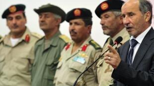 O presidente do Conselho Nacional de Transição da Líbia, Mustafa Abdel Jalil, concede coletiva de imprensa nesta segunda-feira, em Benghazi.