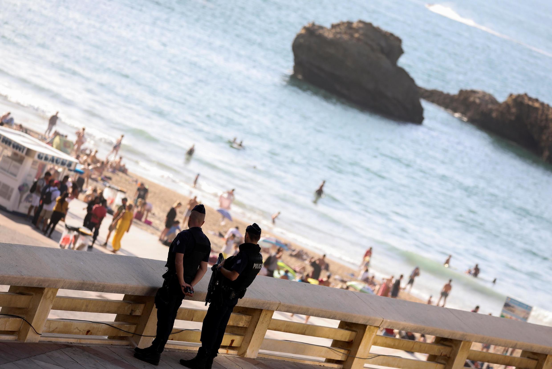 Policiais franceses na Grande Plage, de Biarritz.