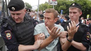 Jagoran 'yan adawan Rasha Alexie Navalny a hannun jami'an 'yan sandan kasar.