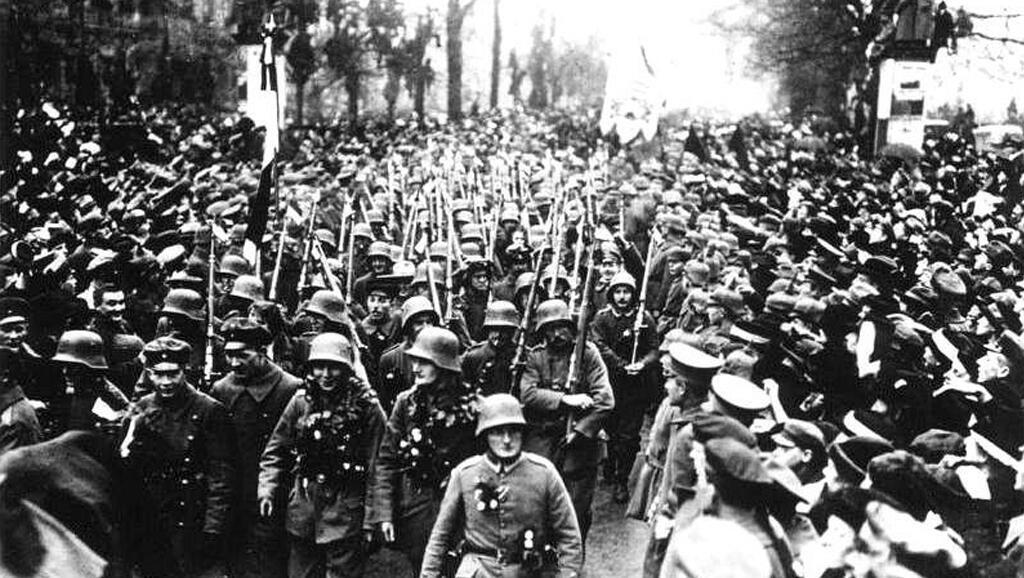 Démobilisés, les soldats allemands reviennent tranquillement à Berlin en novembre 1918.