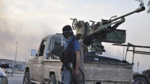 Des combattants de l'Etat islamique en Irak et au Levant à Mosoul, le mercredi 11 juin.