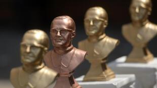 Des statuettes à l'éfigie de monseigneur Romero, vendues à San Salvador, le 22 mai 2015.