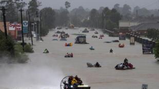 Người dân dùng thuyền, xuồng sơ tán nạn nhân bão Harvey, ở Tidwell Road, đông Houston, Texas, Hoa Kỳ, ngày 28/08/2017