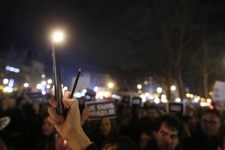 « Je suis Charlie », lápis e velas elevados ao céu, milhares de manifestantes reunidos esta quinta-feira na Praça da República em Paris