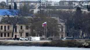 Le drapeau russe flotte sur la base navale ukrainienne de Sébastopol, le 20 mars 2014.