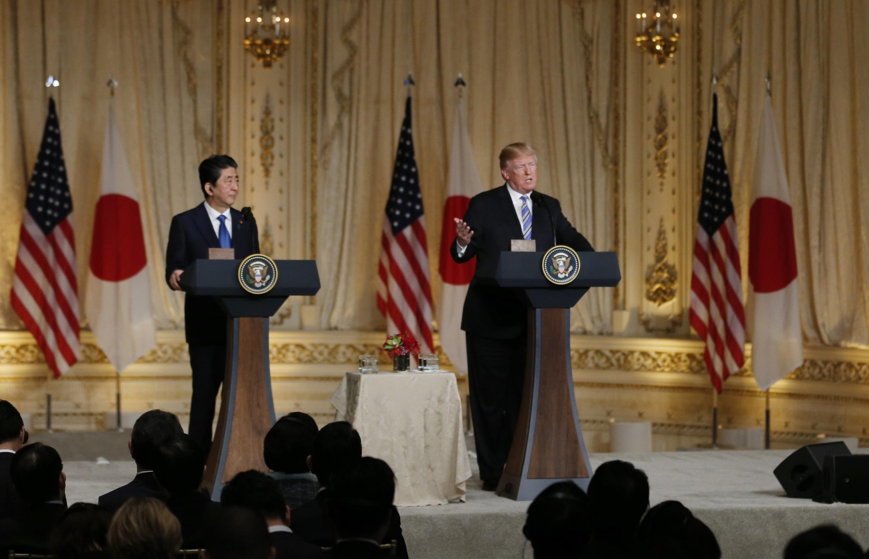 Tổng thống Mỹ Donald Trump và thủ tướng Nhật Shinzo Abe (T) họp báo tại Palm Beach, Florida, ngày 18/04/2018.