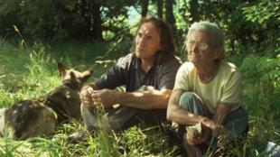 Viendra le feu d'Oliver Laxe: Amador et Benedicta, contemplant la forêt. L'un des plus longs des rares dialogues du film entre la mère et le fils.
