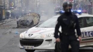 Un coche fue incendiado durante una protesta estudiantil en Aubervilliers, cerca de París, este 3 de diciembre de 2018.