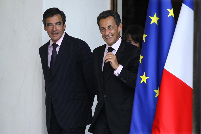 O presidente francês, Nicolas Sarkozy, anunciou a reforma ministerial, marcada pela recondução no cargo do primeiro-ministro francês François Fillon (a direita).
