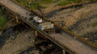 Vue aérienne des forces de sécurité vénézuéliennes sur le pont international Simon Bolivar, sur la rivière Tachira à San Antonio del Tachira, à la frontière avec Cúcuta, en Colombie, le 25 février 2019.