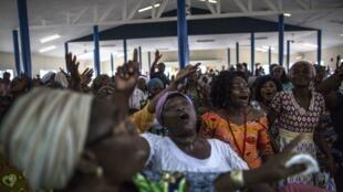 Des chrétiennes dancent et chantent dans une église évangélique gabonaise (septembre 2016). Certains leaders religieux n'acceptent pas que leurs églises restent fermées.