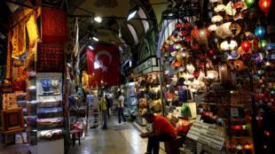 Продавец на рынке в Стамбуле в ожидании покупателей, 25 мая 2016 г.