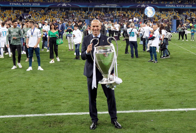 O técnico do Real Madrid, Zinedine Zidane, com a taça da Liga dos Campeões, conquistada neste sábado (26).