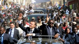 Толпа местных жителей встречает Эмманюэля Макрона и его сенегальского коллегу Маки Салла в Сен-Луи, 3 февраля 2018 года