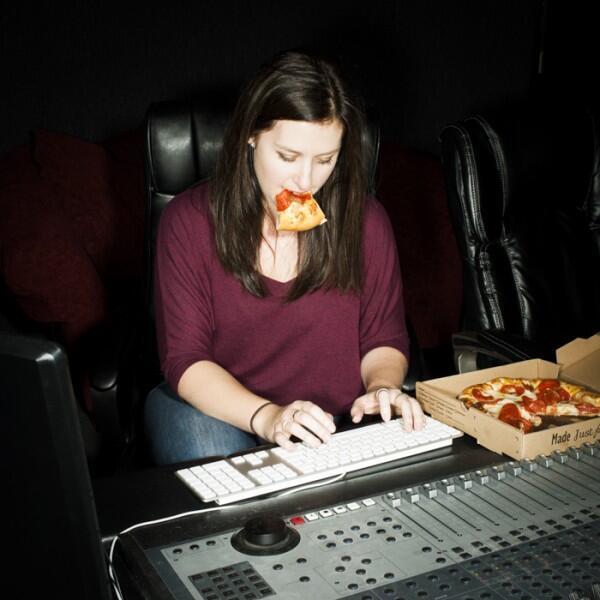 Fotos artísticas inspiradas de la costumbre en Estados Unidos de comer en el trabajo.