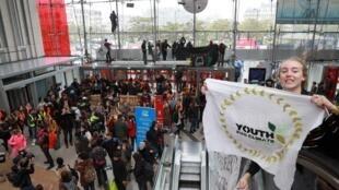 Члены организации Extinction Rebellion («Бунт против вымирания») провели акцию в защиту климата в торговом центре на площади Италии