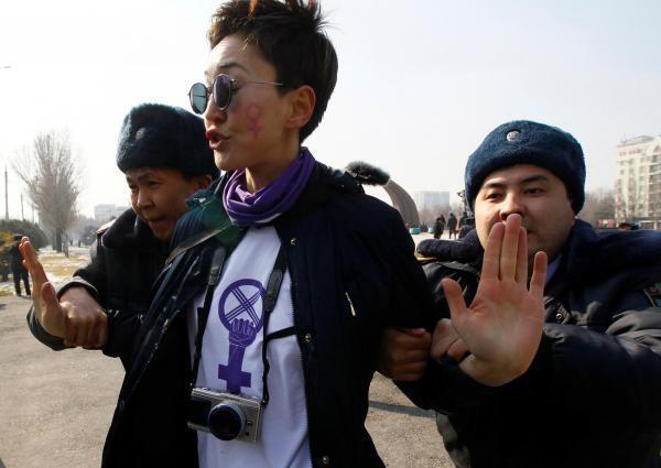 Активистки вышли на площадь Победы, однако на них напали агрессивные мужчины, а затем задержала полиция. Бишкек 8 марта 2020 г.