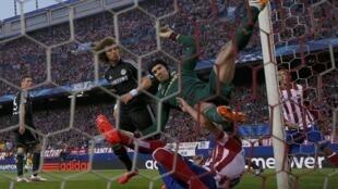 Mai tsaron Gidan Chelsea Petr Cech zai kwashe lokaci yana jinya bayan ya yi karo da dan wasan Atletico Raul Garcia a fafatawar zakarun Turai.