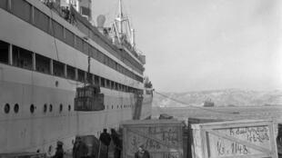 Корабль «Победа», на борт которого погружают багаж армян, решивших вернуться в советскую Армению, Марсель, 17 декабря 1947.