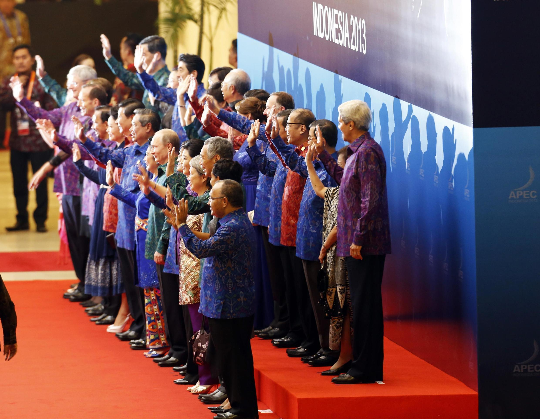 Los mandatarios con sus esposas, este 7 de octubre en Bali.