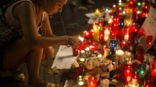 Une femme rend hommage aux victimes des attentats de Barcelone et Cambrils le 20 août 2020.