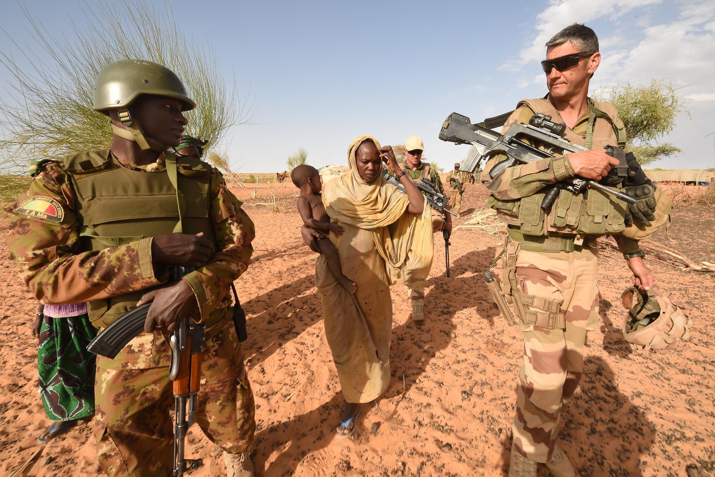 Un soldat malien et un militaire français engagés dans l'opération Barkhane.