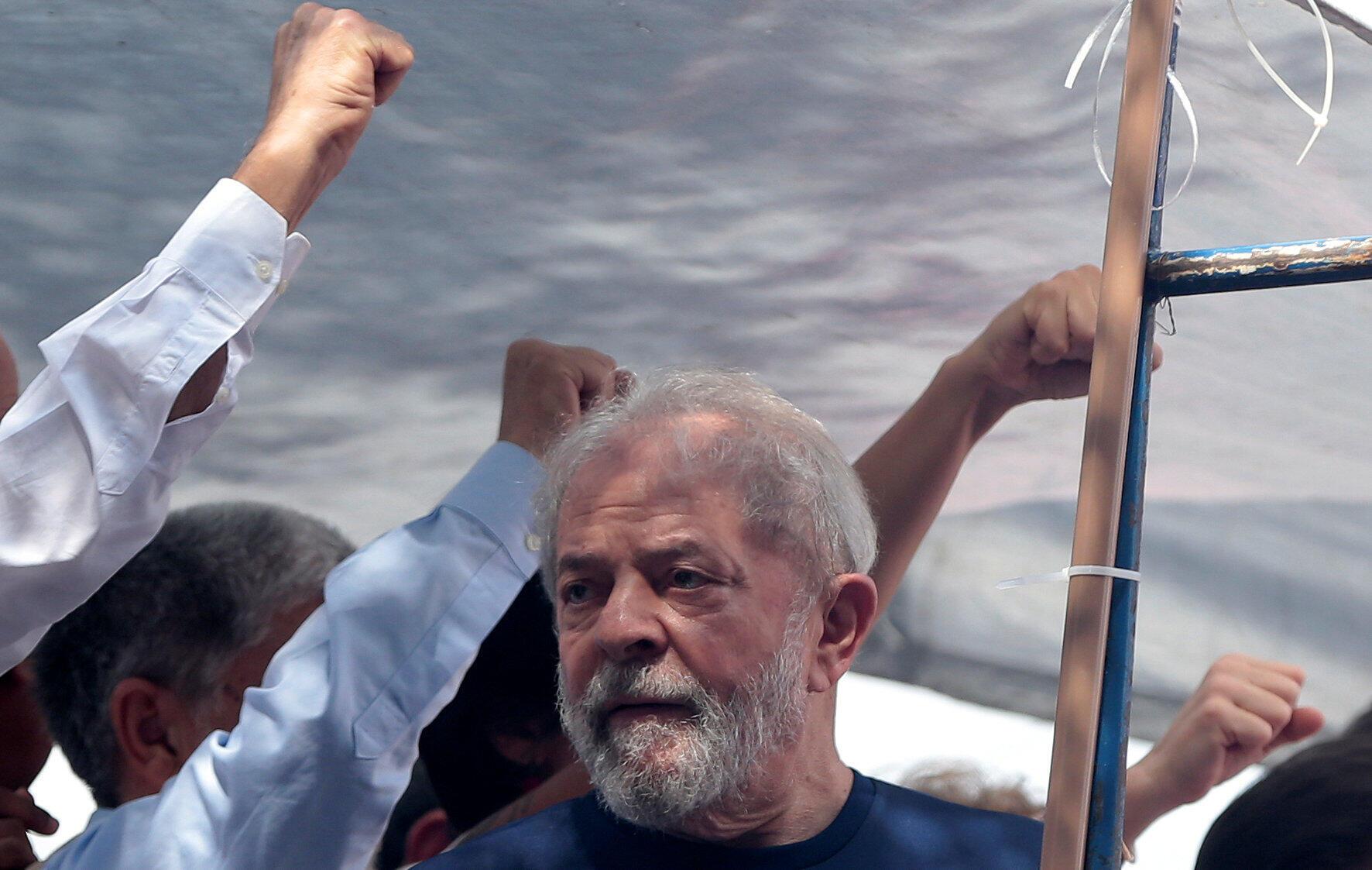 Ex-presidente Lula fez neste sábado seu último discurso antes de se entregar à Polícia Federal.