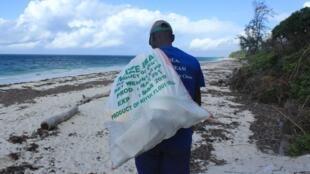 Lors de la collecte de plastique sur la plage de la baie des tortues à Watamu, au Kenya.