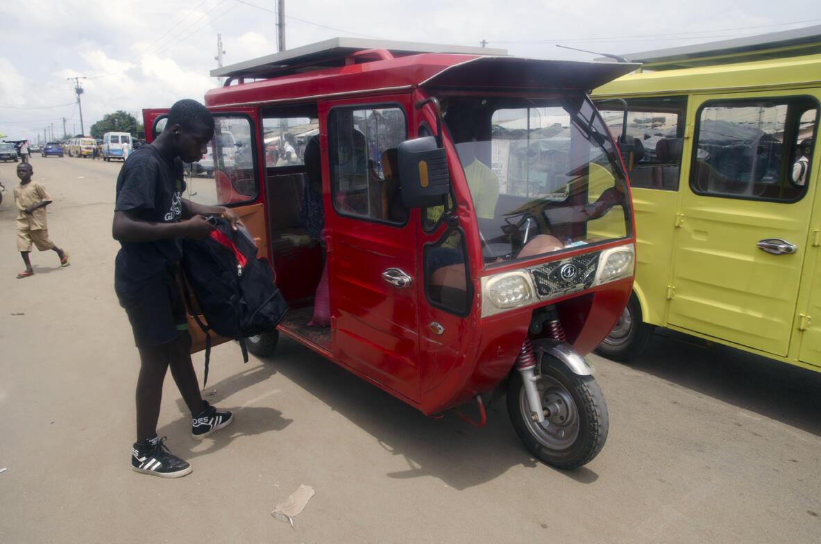 Ces taxis sont alimentés par leur panneau solaire, mais surtout grâce à une petite unité de production d'électricité photovoltaïque